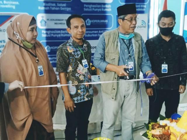 Prosesi gunting pita menandai peluncuran media online koperzone.com