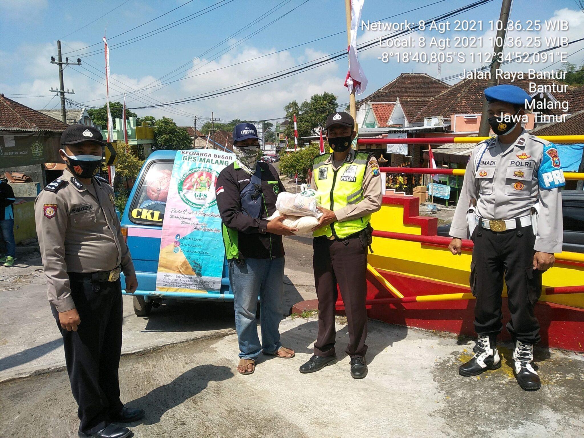 Jelang Hari Kemerdekaan Republik Indonesia yang ke 76 TH, Polsek Bantur Bersama Komunitas GPS Bagikan Sembako & pakaian layak pakai